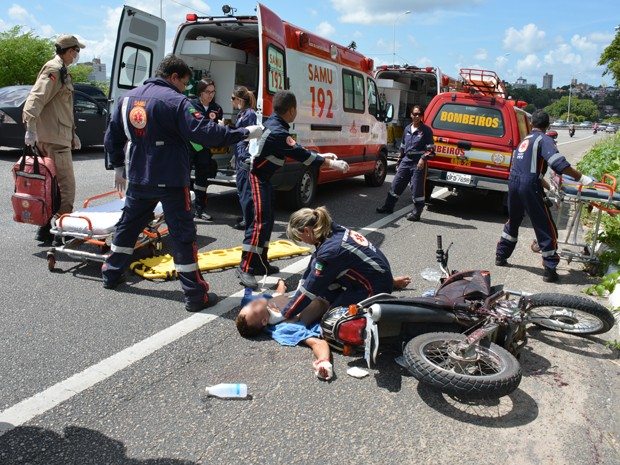 Bombeiros e Samu socorreram suspeito que fugiu (Foto: Walter Paparazzo/G1)