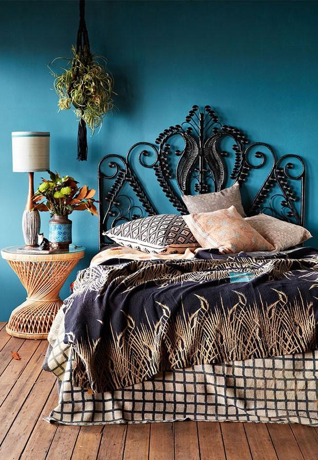 Décor do dia: quarto rústico azul com rattan e plantas penduradas (Foto: Divulgação)