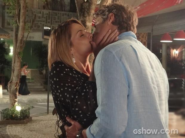 Apaixonada, Silvia dá beijão em Cadu (Foto: Em Família/TV Globo)