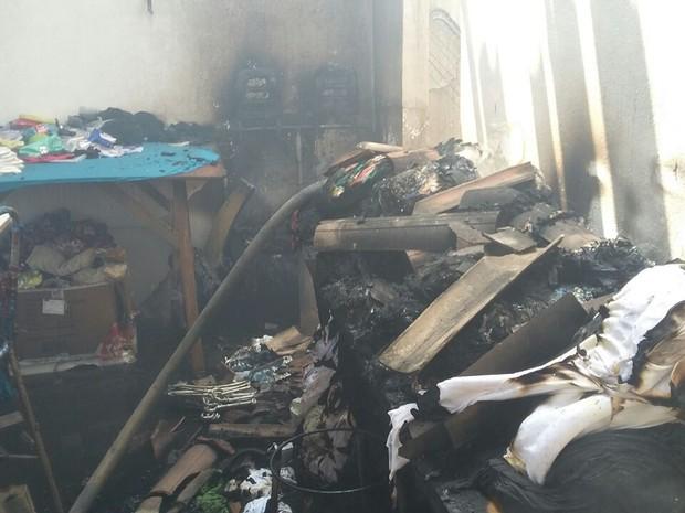 Incêndio destruiu parte de fábrica de roupas em Santa Cruz do Capibaribe (Foto: Arquivo Pessoal/André Bombeiro)