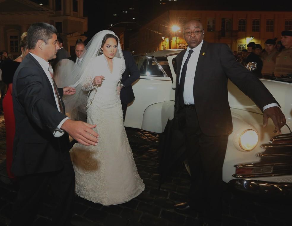 Maria Victoria chegando ao casamento na noite de sexta-feira (14) (Foto: Giuliano Gomes/PRPRESS)