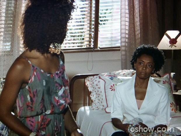 Neidinha confessa à filha que tem mágoa da família de Laerte (Foto: Em Família/TV Globo)