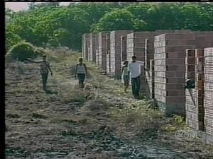 A construção de mais de três mil casas do programa Minha Casa Minha Vida foi prejudicada (Foto: Reprodução/TV Anhanguera)
