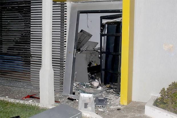 Agência do Banco do Brasil em São Tomé ficou parcialmente destruída com a explosão (Foto: Ari Fotografias/São Tomé de Cara Limpa)