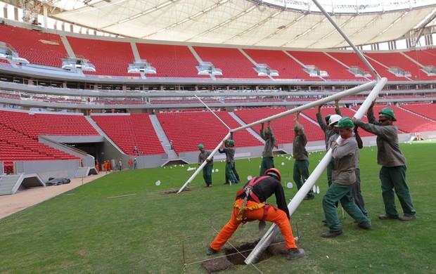 instalação traves estádio Mané Garrincha (Foto: Lula Marques / Secopa-DF)