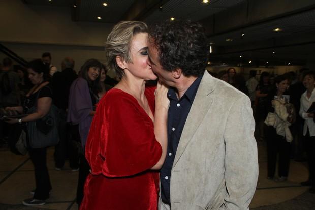 Giulia Gam beija o namorado (Foto: Amauri Nehn/Photo Rio News)