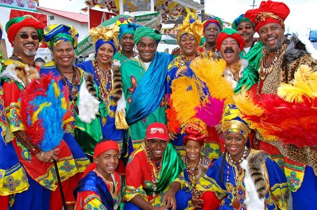 """Parte do grupo de foliões """"Kurason Yen  Zieitu"""", vestidos como reis e rainhas da África do Oeste. Anualmente o grupo se disfarça de forma temática (Foto: © Haroldo Castro/ÉPOCA)"""