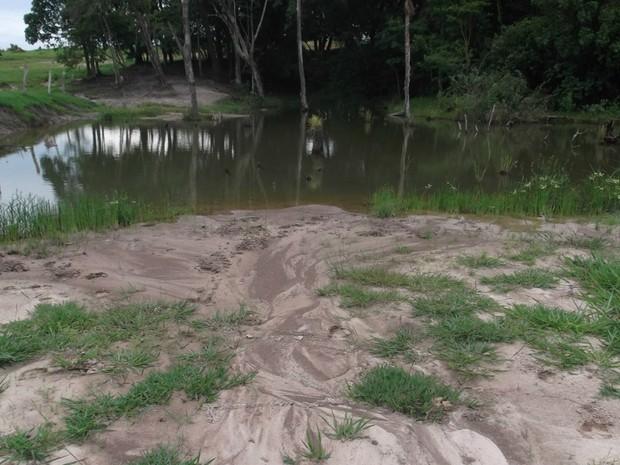 Rio assoreado na fazenda do idoso, em Aparecida do Taboado (Foto: Divulgação/ PMA)