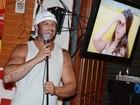 Kléber Bambam prestigia amigos em bar no Rio