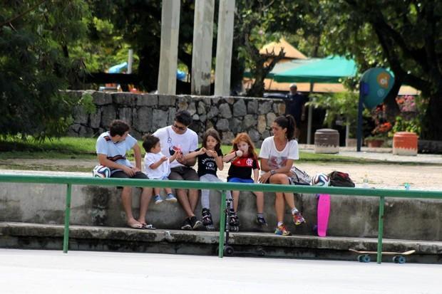 Eduardo Moscovis e Cynthia Howlett com filhos na Lagoa (Foto: JC Pereira/AgNews)