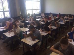 Alunos fazem prova do vestibular na Escola Técnica Parobé, em Porto Alegre (Foto: Igor Grossmann/G1)