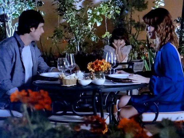 Laura fala e Caíque não consegue disfarçar que vê Bella (Foto: Gshow)
