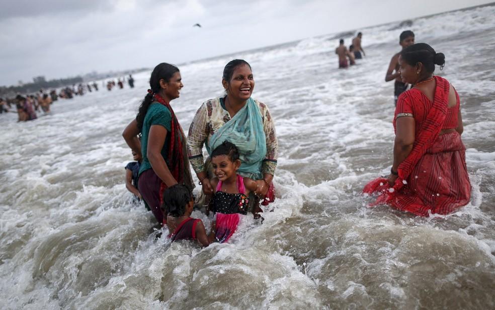 Pessoas se divertem em uma praia no Mar Arábico em um dia quente de verão em Mumbai, na Índia, durante onda de calor de 2015 (Foto: Danish Siddiqui/Reuters)