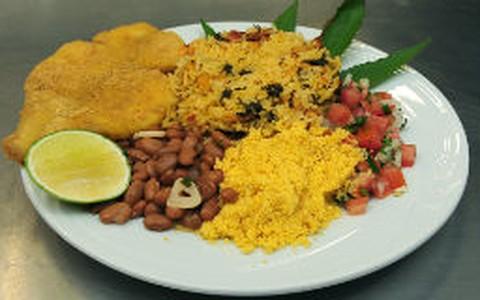 Peixe crocante com arroz, feijão e farofa