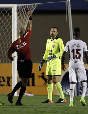 Diego Cavalieri é expulso após derrubar Carlos Eduardo - Goiás x Fluminense  (Foto: Agência Estado)