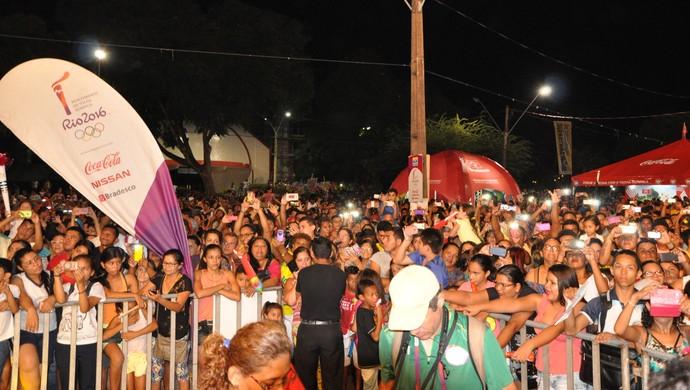 Centena de pessoas foram a Praça Barão de Santarém acompanhar o fim do revezamento (Foto: Adonias Silva/G1)