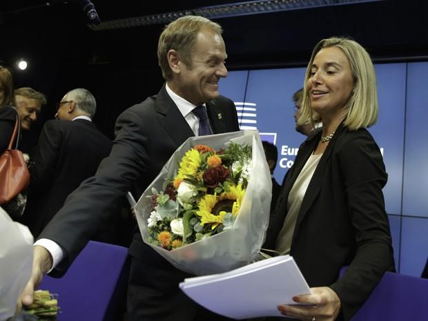 Donald Tusk e Federica Mogherini são parabenizados pelos novos cargos na União Europeia após entrevista coletiva neste sábado (30) na Bélgica (Foto: AP Photo/Yves Logghe)