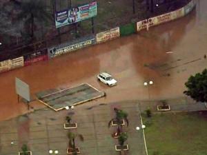 Chuva causa alagamento em Franco da Rocha (Foto: Reprodução TV Globo)