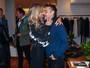 Adriane Galisteu troca carinhos com o marido em evento em São Paulo