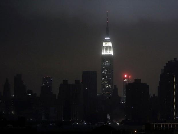 29 de outubro  - Skyline de Manhattan sob blecaute durante passagem de Sandy (Foto: Reuters)