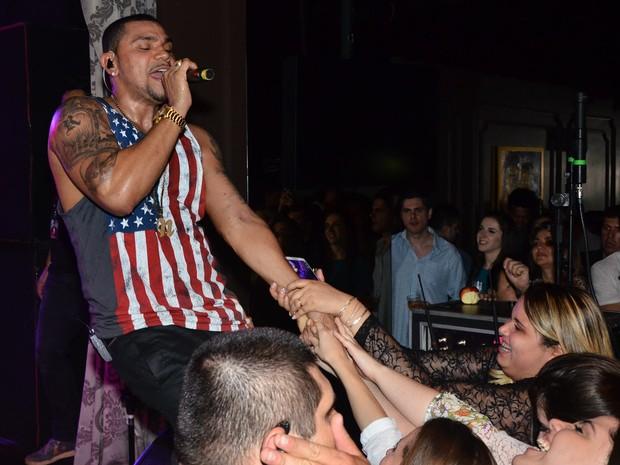 Naldo é assediado pelo público (Foto: Ag.News)