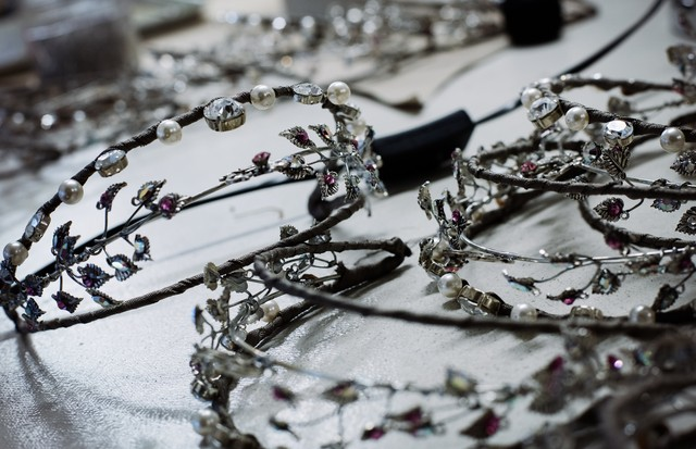 Setting Swarovski crystals in the tiaras, diadems and crowns for Lacroix's A Midsummer Night's Dream (Foto: ANN RAY)