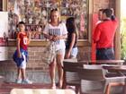 Carla Perez e Xanddy almoçam com os filhos em churrascaria no Rio