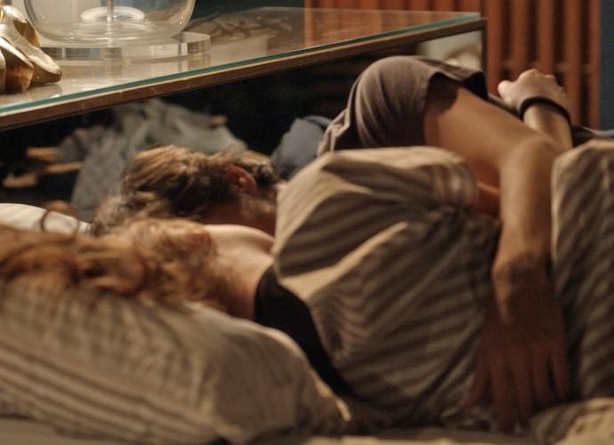 Jonatas e Eliza dormem abraçadinhos e perdem a hora (Foto: TV Globo)