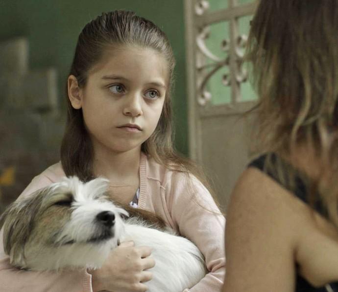 Bia cai na mentira de Dulce e é sequestrada pela prima (Foto: TV Globo)