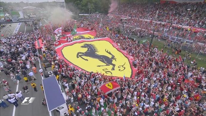 Torcida da Ferrari invade a pista em Monza