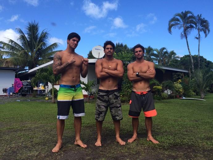 Bruno dos Santos encara Gabriel Medina e Italo Ferreira em bateria brasileira pela quarta fase em Teahupoo, Taiti (Foto: Breno Dines)