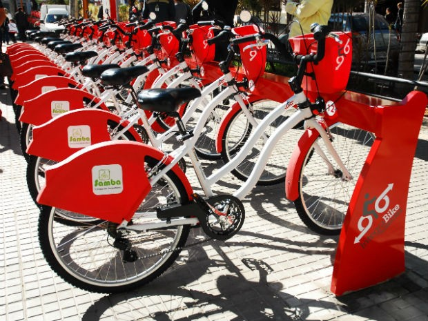 Bicicletas públicas são colocadas em pontos que recebem grande fluxo de pedestres, como o terminal Santo Antonio e São Paulo (Foto: Divulgação / URBES)