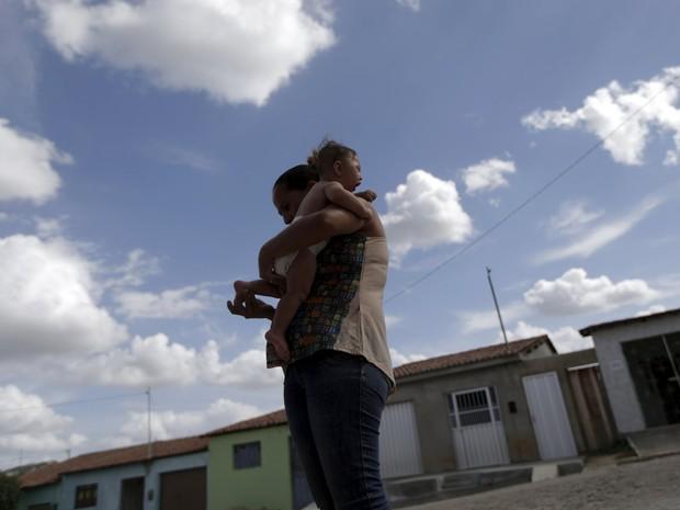 Josemary segura seu filho Gilberto, com microcefalia, na cidade de Algodão de Jandaira, Paraíba  (Foto: Reuters/Ricardo Moraes)