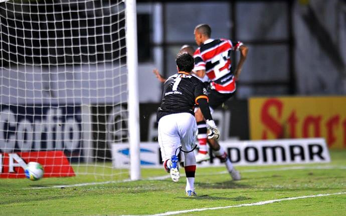 Pingo Santa Cruz x Atlético-GO Série B (Foto: Aldo Carneiro / Pernambuco Press)