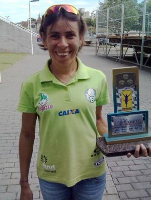 Conceição Oliveira com o trófeu da segunda colocação em Blumenau (Foto: reprodução/Facebook)