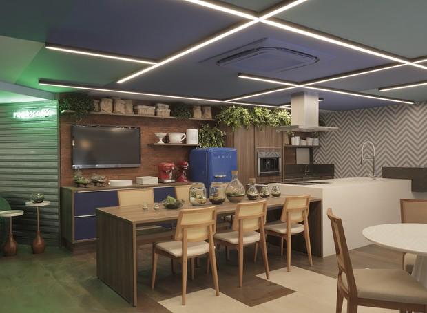 """""""Restaurante Café', desenvolvido por Jorge Vasconcelos agrega um espaço gastronômico onde são oferecidos workshops de culinária. A decoração com pegada industrial e materiais sóbrios contrasta com a iluminação de LED e o teto pintado de azul (Foto: Divulgação)"""