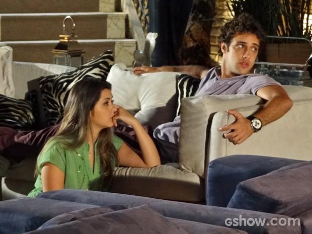 Leto e Bárbara ficam surpresos com a reação de Shirley (Foto: Em Família/ TV Globo)