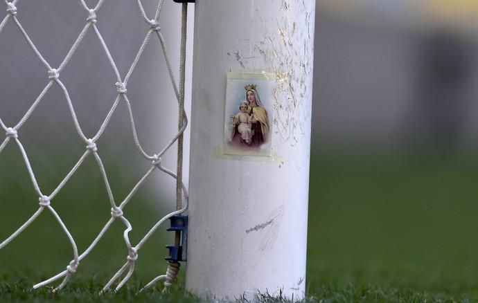 Imagem de Nossa Senhora do Carmo aparece colada à trave vascaína no Maracanã (Foto: André Durão/GloboEsporte.com)