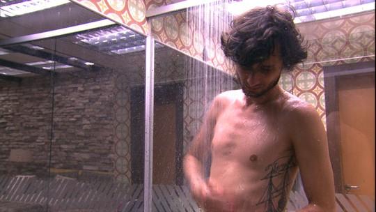 Pedro toma banho no Quarto do Líder