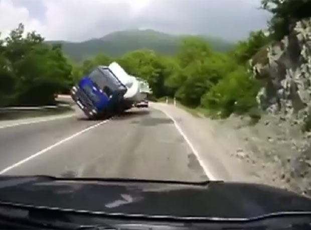 Carro escapou por pouco de ser esmagado por caminhão que tombou. (Foto: Reprodução)