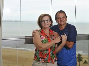 Casal de aposentados mora no bairro Mata da Praia há 28 anos (Foto: Marcelo Prest/ A Gazeta)