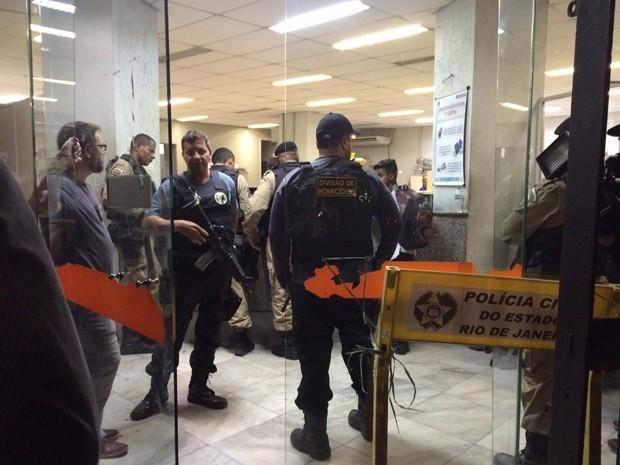 Policiais se reúnem na 4º DP (Praça da República). (Foto: Lívia Torres/ G1)