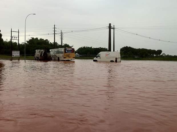Ônibus e van parados em área alagada na Asa Norte devido a temporal nesta segunda-feira (19) (Foto: Raquel Morais/G1)