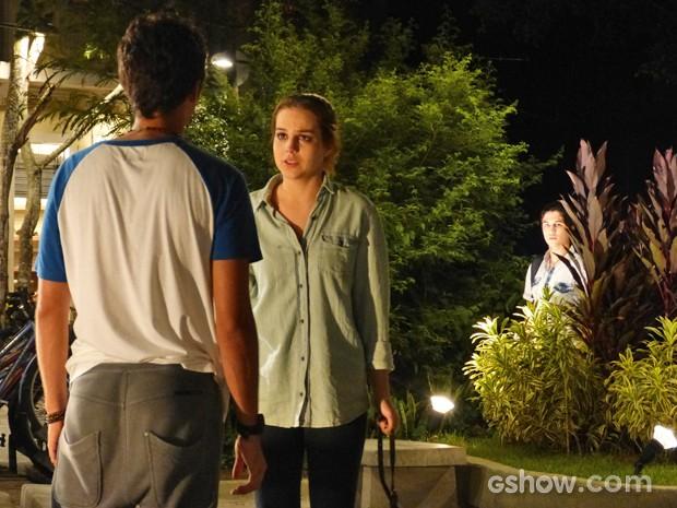 Antônio observa escondido Ben e Anita (Foto: Malhação / TV Globo)