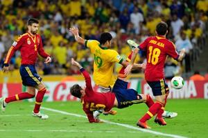 O jogador brasileiro Hulk disputa bola aérea com espanhóis (Foto: Agência Brasil)
