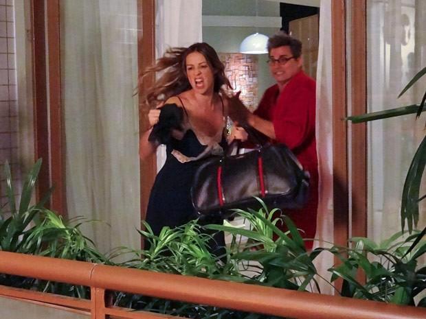 Vânia faz a louca e atira as roupas de Felipe pela janela (Foto: Guerra dos Sexos / TV Globo)