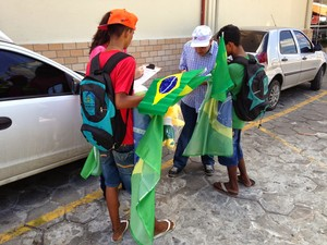Crianças e adolescentes estavam vendendo produtos para a Copa (Foto: MPT/Divulgação)