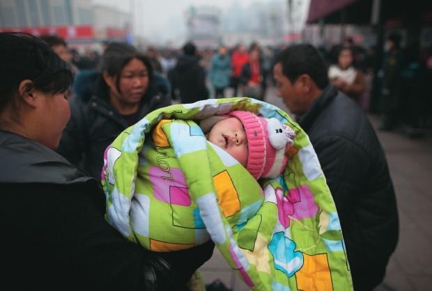 Uma mãe com o filho em Pequim - a taxa de natalidade na china desabou ao longo dos anos 1990 (Foto: Ed Jones/AFP)