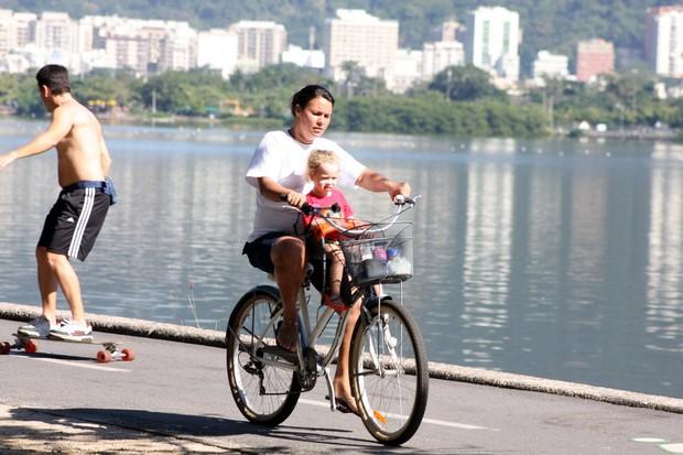 Babá passeia com filha de Betty Gofman no RJ (Foto: JC Pereira/Agnews)