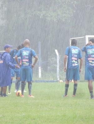 Sob forte chuva, Lino orienta jogadores do CSA (Foto: Caio Lorena / Globoesporte.com)